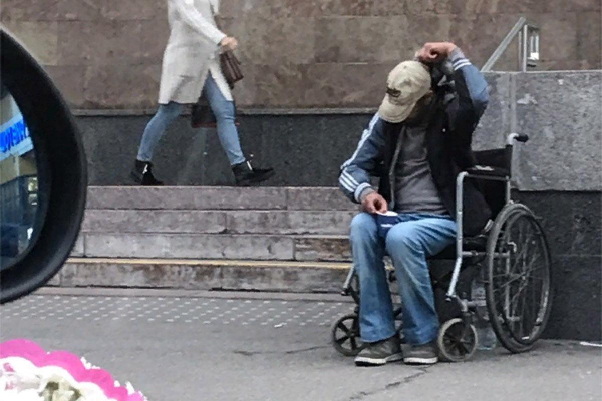 Kas see mees teeskleb, et on invaliid?