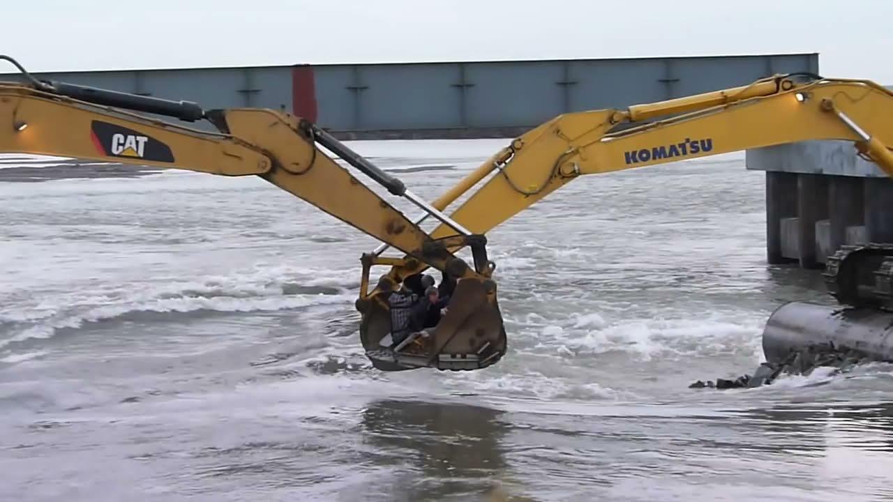 Venemaal käib transport üle jõe niimoodi ekskavaatoritega
