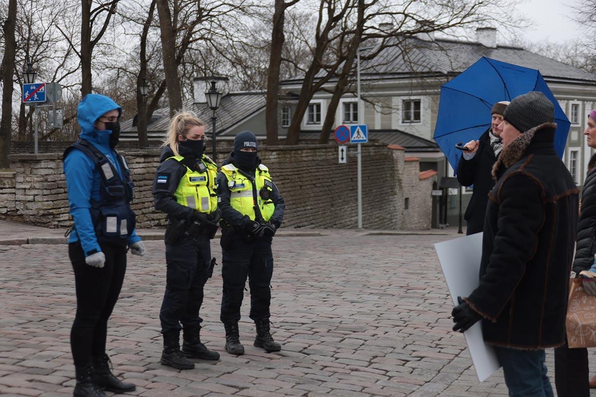 Politsei piirab nakkusohu tõttu Toompea lossi platsil avalikul koosolekul osalejate hulka