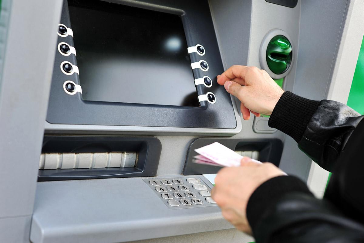 Selle aasta esimeses kvartalis sularaha väljavõtu ja kaarditehingute arv ning käive Eestis vähenesid