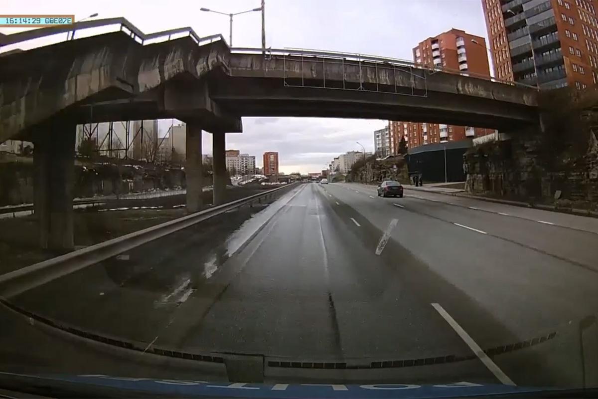 Tallinnas politsei eest põgenenud liiklushuligaan sõitis seina