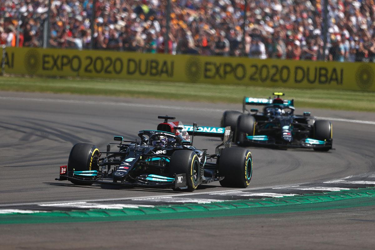 Terava algusega Suurbritannia GP võitis Hamilton, Verstappen paiskus kokkupõrke järel suurel kiirusel seina