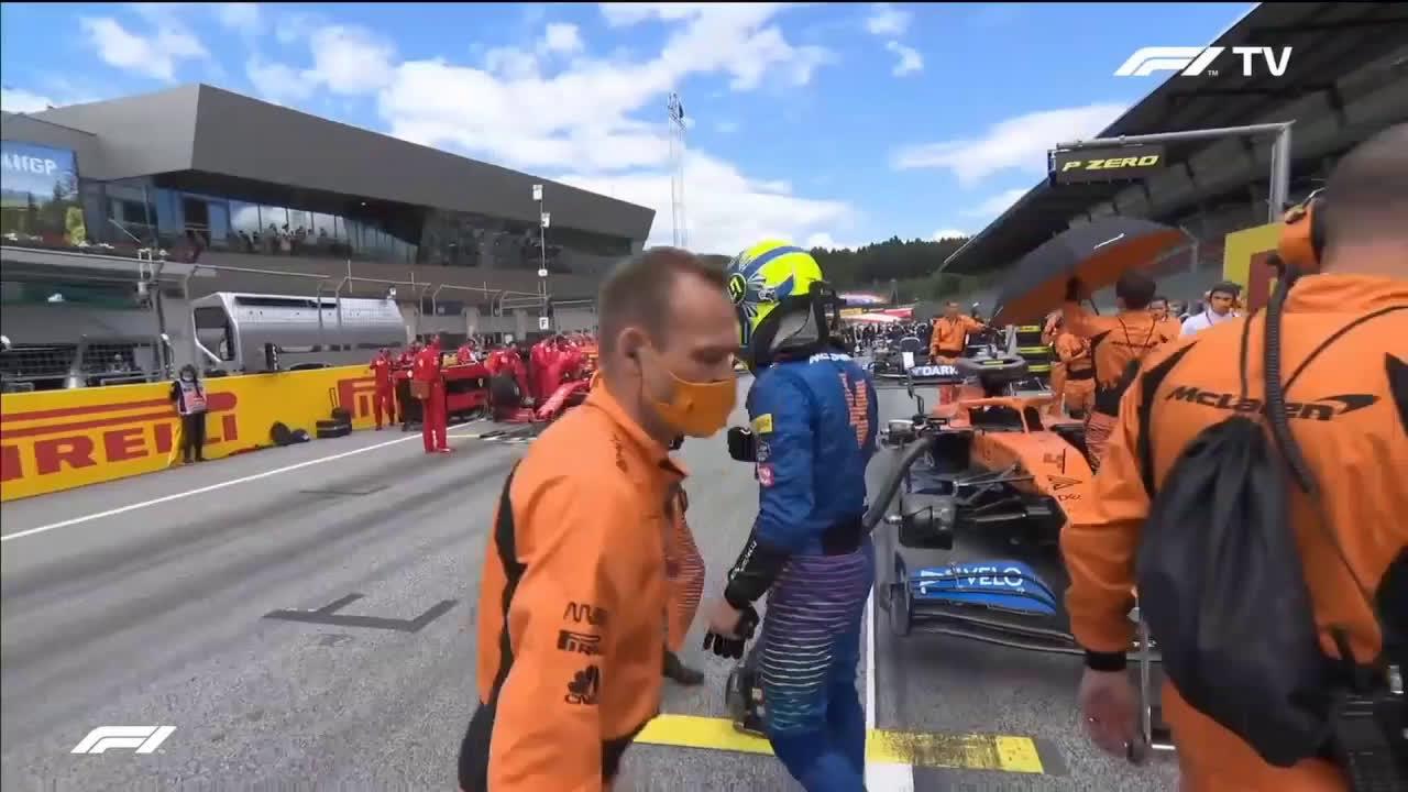 Norris tervitamas lisaks oma meeskonnakaaslastele ka FIA kohtuniku